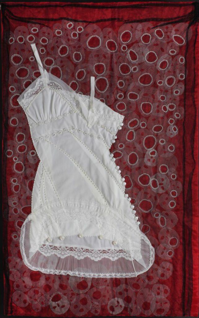 הצעקה – לבוב 1941, קומבניזון, בד סאטן, טול, כפתורים, חרוזי זכוכית, 2008