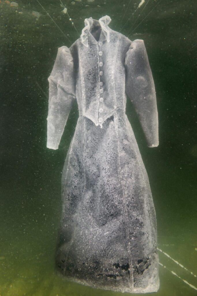 סיגלית לנדאו ויותם פרום, שמלת כלה V, 2014, מתוך סדרה בת שמונה הדפסי צבע