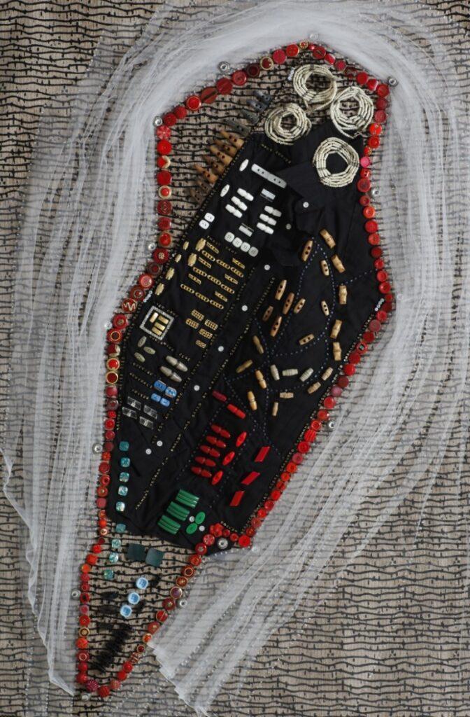קריעה - ברגן בלזן 1944, חולצה, טול, כפתורי מעיל, חרוזי זכוכית, 2009 צילום רן ארדה