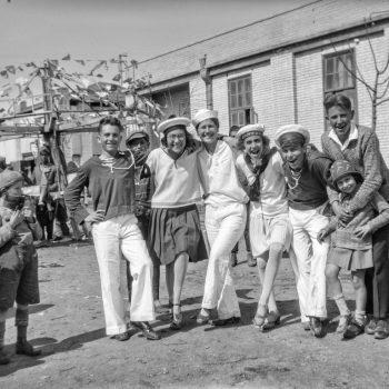 קהל בחגיגות פורים, באדיבות מוזיאון ארץ-ישראל